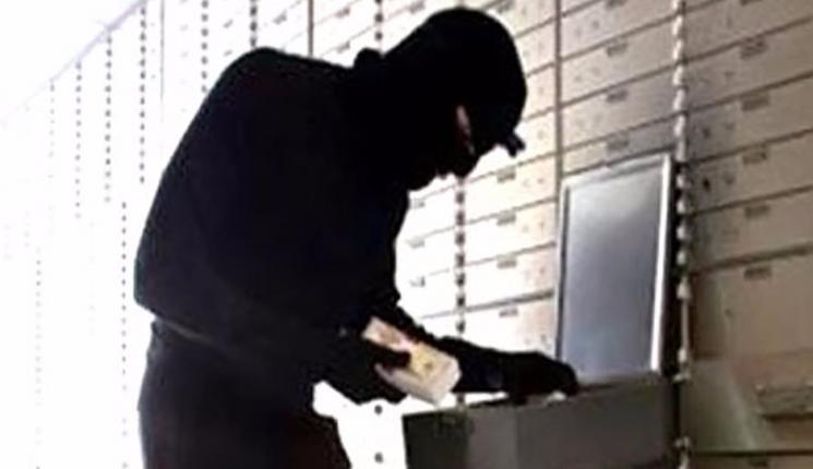 ضبط أحد الأشخاص لاستيلائه على بيانات البطاقات الائتمانية الخاصة بعملاء البنوك