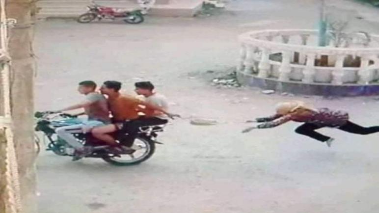 سحل فتاة عقب خطف حقيبتها على يد 3 أشخاص يستقلون دراجة بخارية بمركز كفر صقر بمحافظة الشرقية.